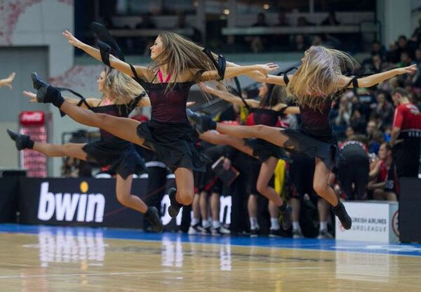 Участницы группы поддержки баскетбольного клуба Летувос Ритас