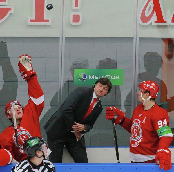 Игроки ХК Витязь Алексей Бадюков, Александр Королюк (слева направо) и главный тренер команды Юрий Леонов