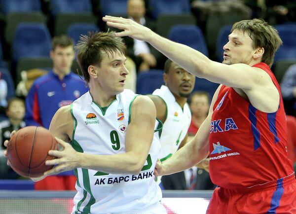 Игрок УНИКС Петр Самойленко (слева) и армеец Алексей Зозулин