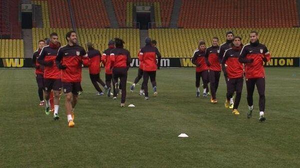 Футболисты Атлетико тренируются в шортах, шапках и шарфах в Москве