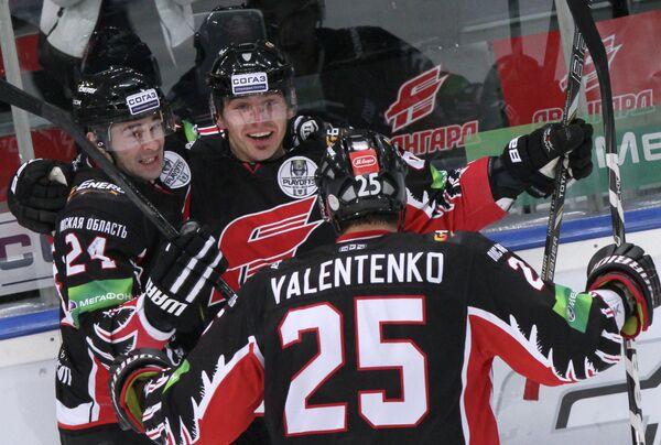 Игроки Авангарда Александр Попов (слева) и Павел Валентенко (справа)