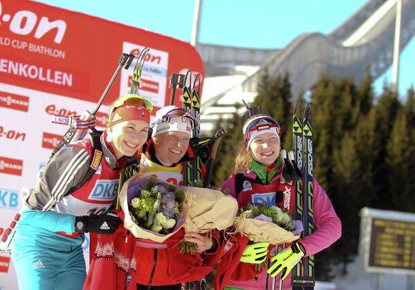 Тура Бергер (в центре), Анастасия Кузьмина (слева) и Дарья Домрачева (справа)
