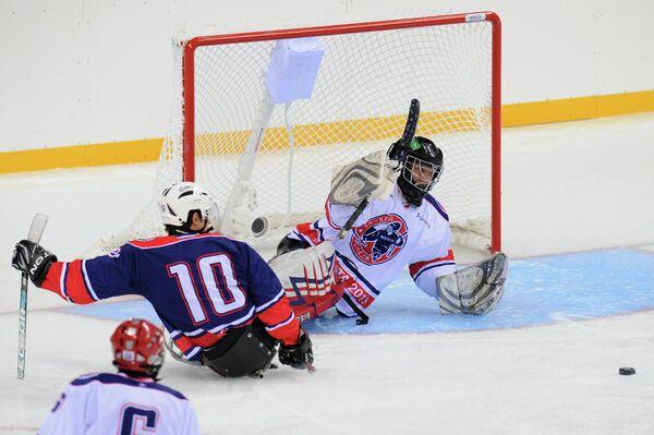 Игровой момент матча по следж-хоккею сборная России - ХК Кубань