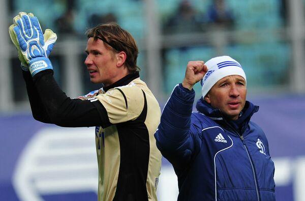 Вратарь Динамо Антон Шунин и главный тренер Динамо Дан Петреску (слева направо)