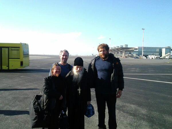 Отец Ильей (в центре) и Александр Емельяненко (справа)