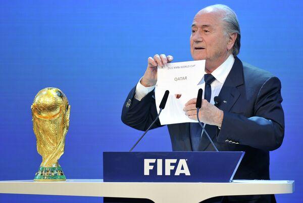 Йозеф Блаттер объявляет Катар страной, получившей право проведения чемпионата мира по футболу в 2022 году.