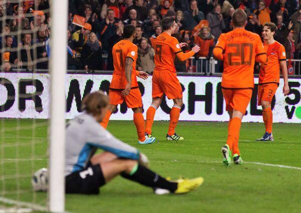 Футболисты сборной Голландии празднуют гол в ворота Эстонии