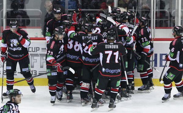 Хоккеисты ХК Трактор радуются победе в матче 1/2 финала над Ак Барсом