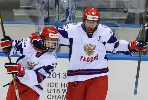 Хоккеисты сборной России Владимир Ткачев (слева) и Иван Барбашев  радуются победе