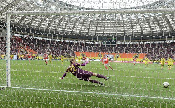 Вратарь Анжи Евгений Помазан пропускает пенальти в матче Спартак - Анжи