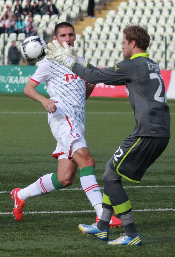 Вратарь Локомотива Дарио Крешич (слева)