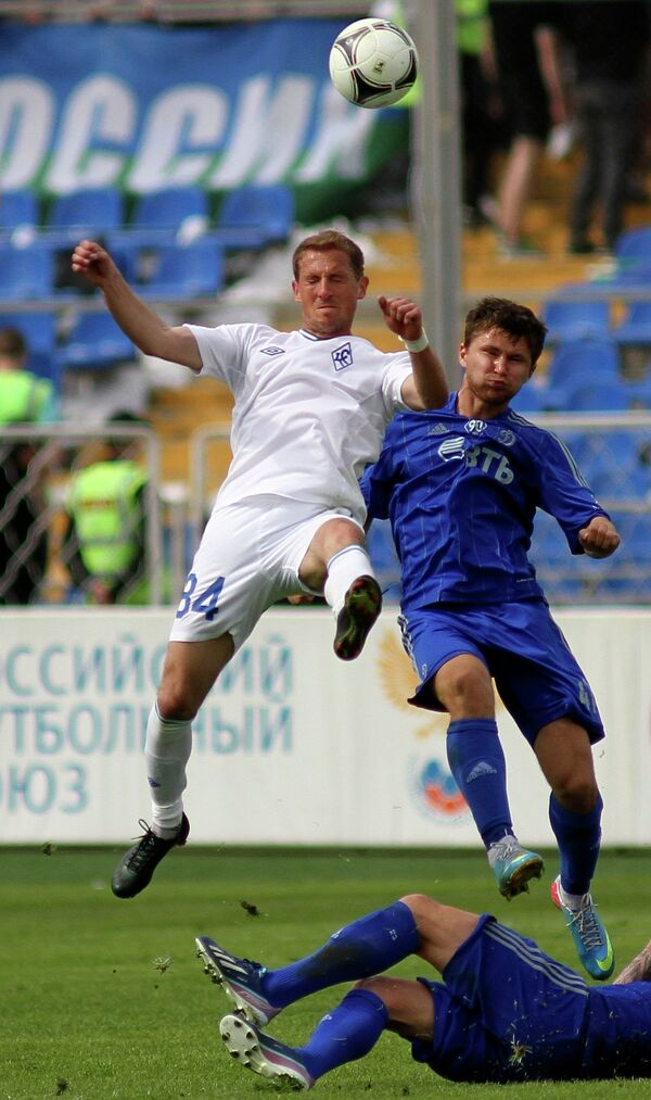 Игрок футбольного клуба Крылья Советов Роман Воробьев (слева) и игрок Динамо Александр Сапета