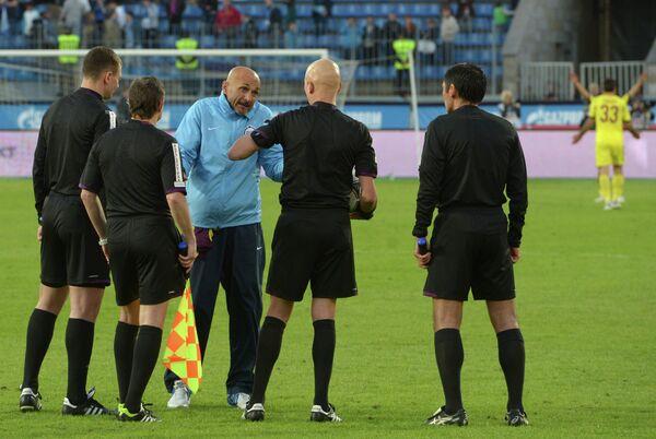 Лучано Спаллетти (в центре на втором плане)