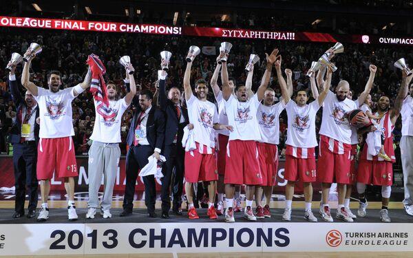 Игроки и тренерский штаб БК Олимпиакос, завоевавшие кубок победителей Финала четырех баскетбольной Евролиги сезона 2012/2013