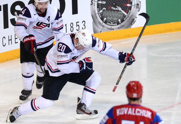 Нападающие сборной США Нэйт Томпсон и Райан Картер радуются заброшенной шайбе
