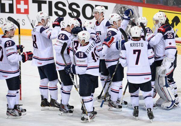 Хоккеисты сборной США радуются победе над сборной России