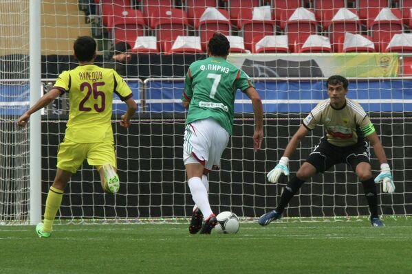 Пирис забивает гол в ворота Анжи