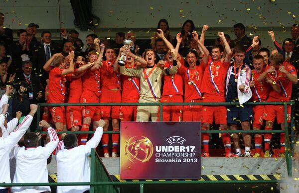 Футболисты юношеской сборной России празднуют победу в финальном матче чемпионата Европы