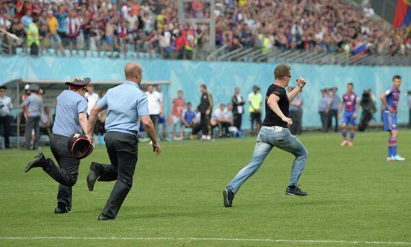 Сотрудники полиции преследуют выбежавшего на поле болельщика в матче ЦСКА - Кубань