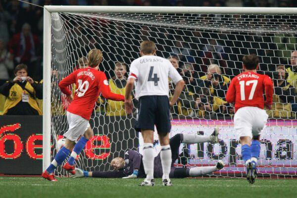 2007 год - Роман Павлюченко забивает гол с пенальти в ворота английской сборной