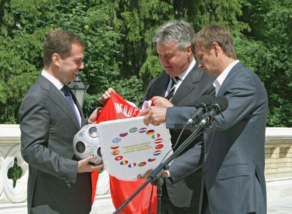 Дмитрий Медведев, Гус Хиддинк и Сергей Семак (слева направо)