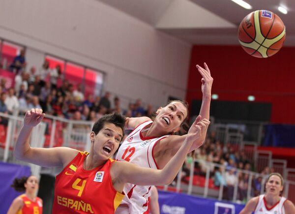 Игровой момент баскетбольного матча Черногория - Испания