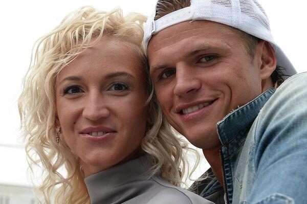 Полузащитник московского Локомотива Дмитрий Тарасов и его жена Ольга Бузова (справа налево)