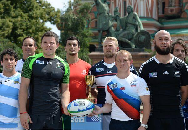Капитан мужской сборной России по регби-7 Александр Янюшкин и игрок мужской сборной Уэльса по регби-7 Адам Томас (справа налево на первом плане)