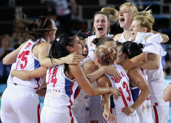 Баскетболистки сборной Сербии радуются победе в матче 1/4 финала Чемпионата Европы по баскетболу