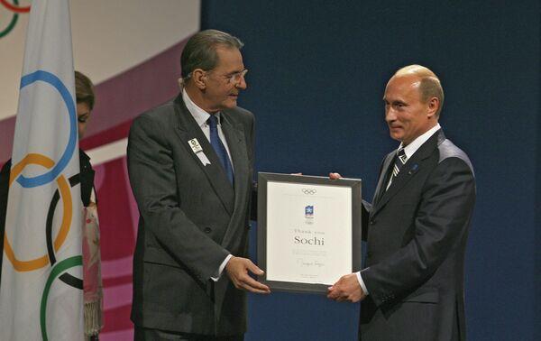 Владимир Путин (справа) и президент МОК Жак Рогге