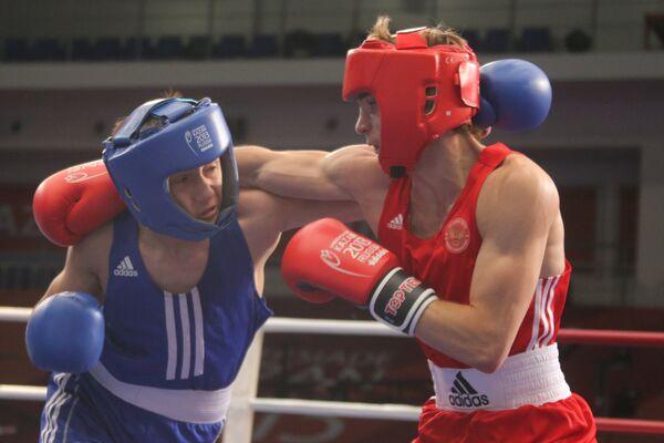 Российский спортсмен Сергей Водопьянов (справа) и киргизский спортсмен Бектур Отоганов