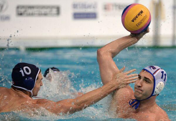Игрок сборной Канады Коннор Перри (слева) и игрок сборной России Сергей Лисунов