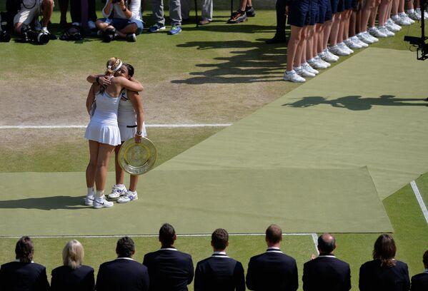 Марион Бартоли и Сабина Лисицки благодарят друг друга за игру на церемонии награждения после финального матча Уимблдона