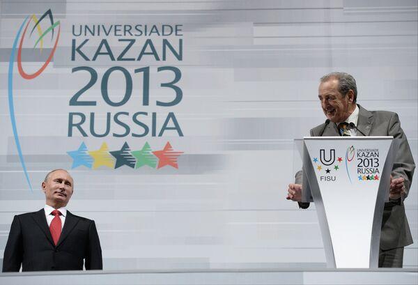 Президент России Владимир Путин (слева) и президент FISU Клод-Луи Галльен