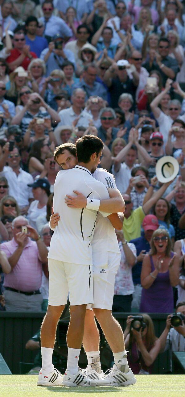 Сербский теннисист Новак Джокович и британец Энди Маррей по окончании финального матча