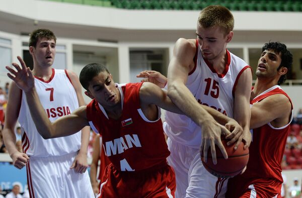 Игровой момент матча Россия - Оман