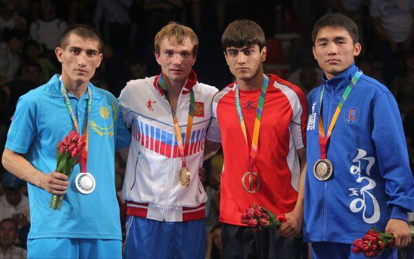 Рустам Рустамов (Казахстан) (серебряная медаль), Сергей Водопьянов (Россия) (золотая медаль), Генрик Мокоян (Армения) (бронзовая медаль) и Идерху Энхжаргал (Монголия) (бронзовая медаль
