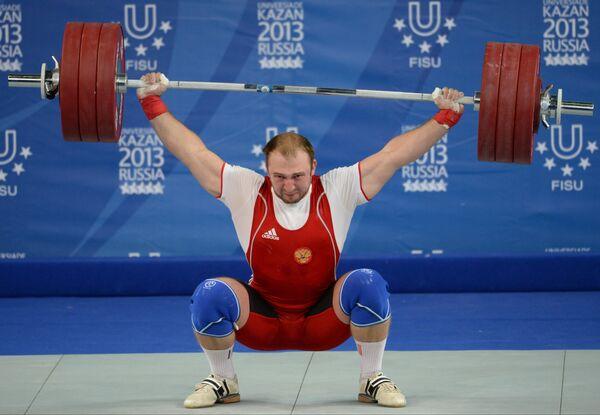 Александр Иванов (Россия) во время соревнований по тяжелой атлетике среди мужчин