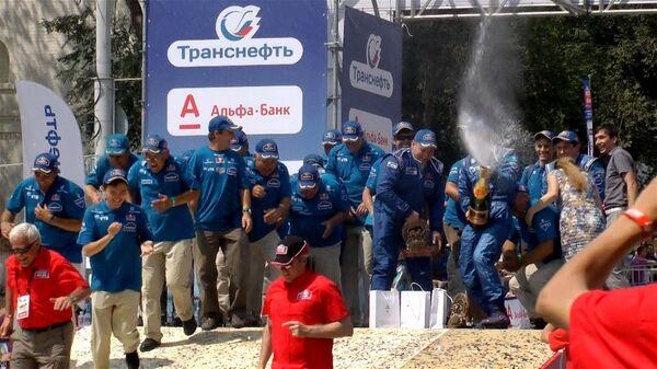 Победители ралли Шелковый путь обливались шампанским на подиуме