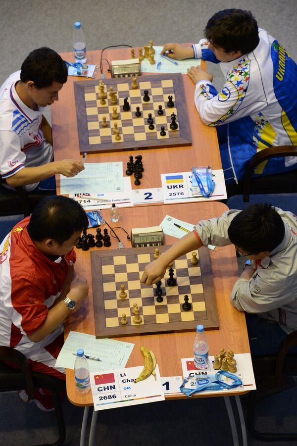 Спортсмены во время матча седьмого тура шахматного турнира