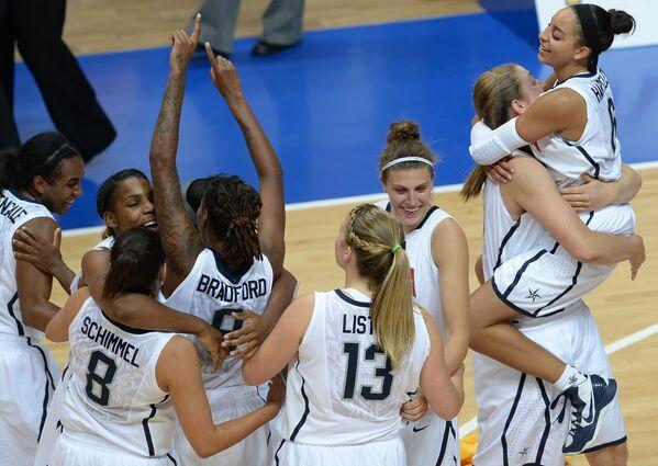 Игроки сборной США радуются победе в финальном матче женского турнира по баскетболу