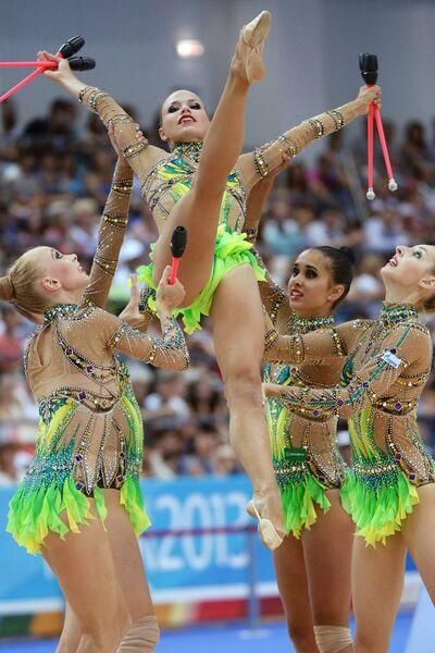 Российские спортсменки выполняют групповые упражнения с булавами