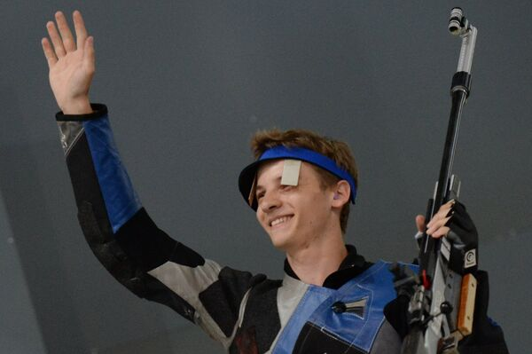 Назар Лугинец (Россия) во время финальных соревнований по пулевой стрельбе