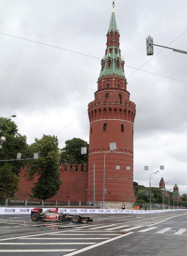 Гоночный болид - участник Moscow City Racing - во время гонки.