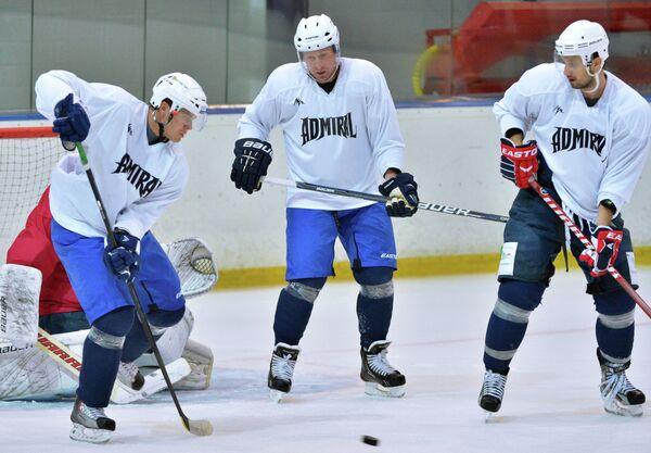 Хоккеисты Адмирала Александр Угаров, Андрей Никитенко и Энвер Лисин (слева направо)
