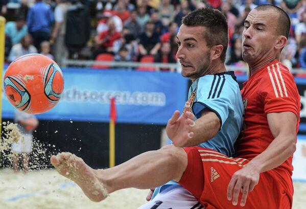 Игрок сборной Испании Льоренс Гомес (слева) и игрок сборной России Антон Шкарин