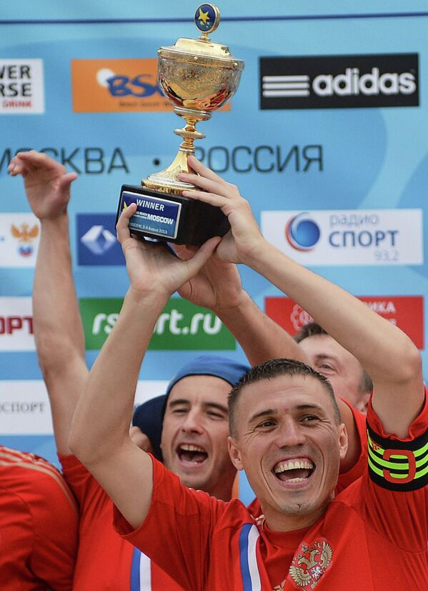 Игроки сборной России Антон Шкарин (слева) и Илья Леонов радуются победе на домашнем этапе Евролиги