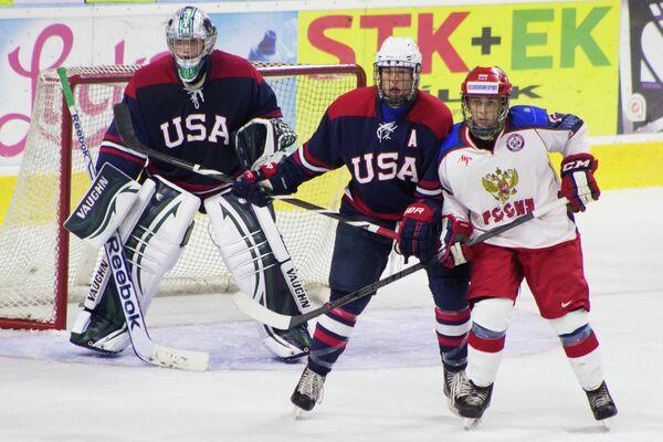 Игровой момент матча сборных России (до 18 лет) и США (до 18 лет) по хоккею