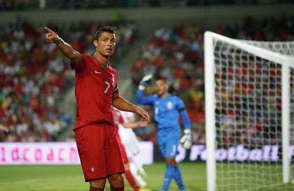 Нападающий сборной Португалии Криштиану Роналду в матче против сборной Голландии