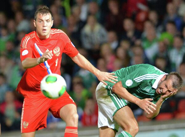 Нападающий сборной России Артем Дзюба (слева) в матче против Северной Ирландии
